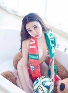 美女宝贝李梓熙怀抱足球 加上两个饱满滚圆大波好似有三个球